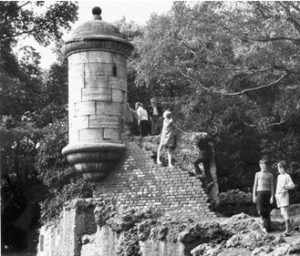 ARCHIVE ARCHIVES STOCK  Old Hull  41194E10  Views of East Park, Holderness Road, east Hull. Taken on September 11, 1973, it shows the old Hull Citadel watch tower situated on the rocks.